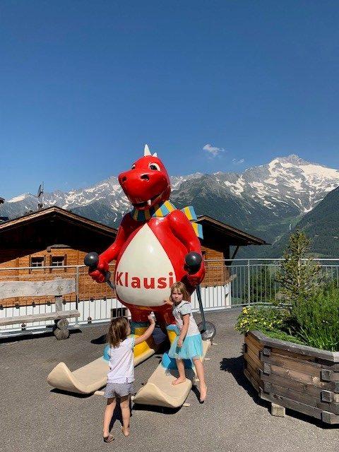 Im Familypark Klausberg begrüßt der lachende Klausi Groß und Klein.