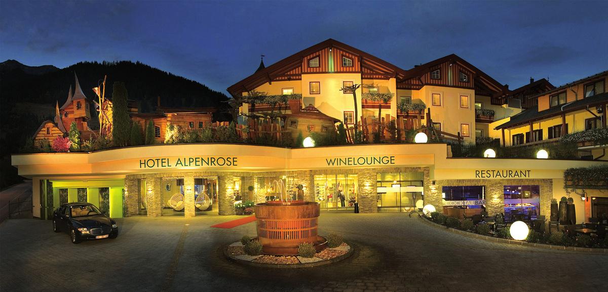 Hotelansicht Bei Nacht Alpenrose ****S Leading Family Hotels Resorts (Foto MK Salzburg)