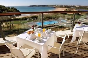 Fruehstueck_mit_Blick_auf_das_Meer_-_O_Terraco__Martinhal_Beach_Resort___Hotel_
