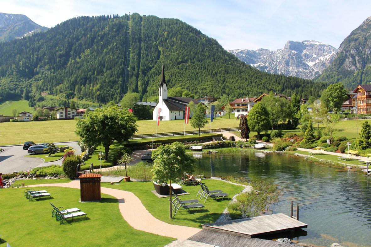 Blick Auf Die Berge Und Die Dreifaltigkeitskirche Aus Dem Hotelzimmer