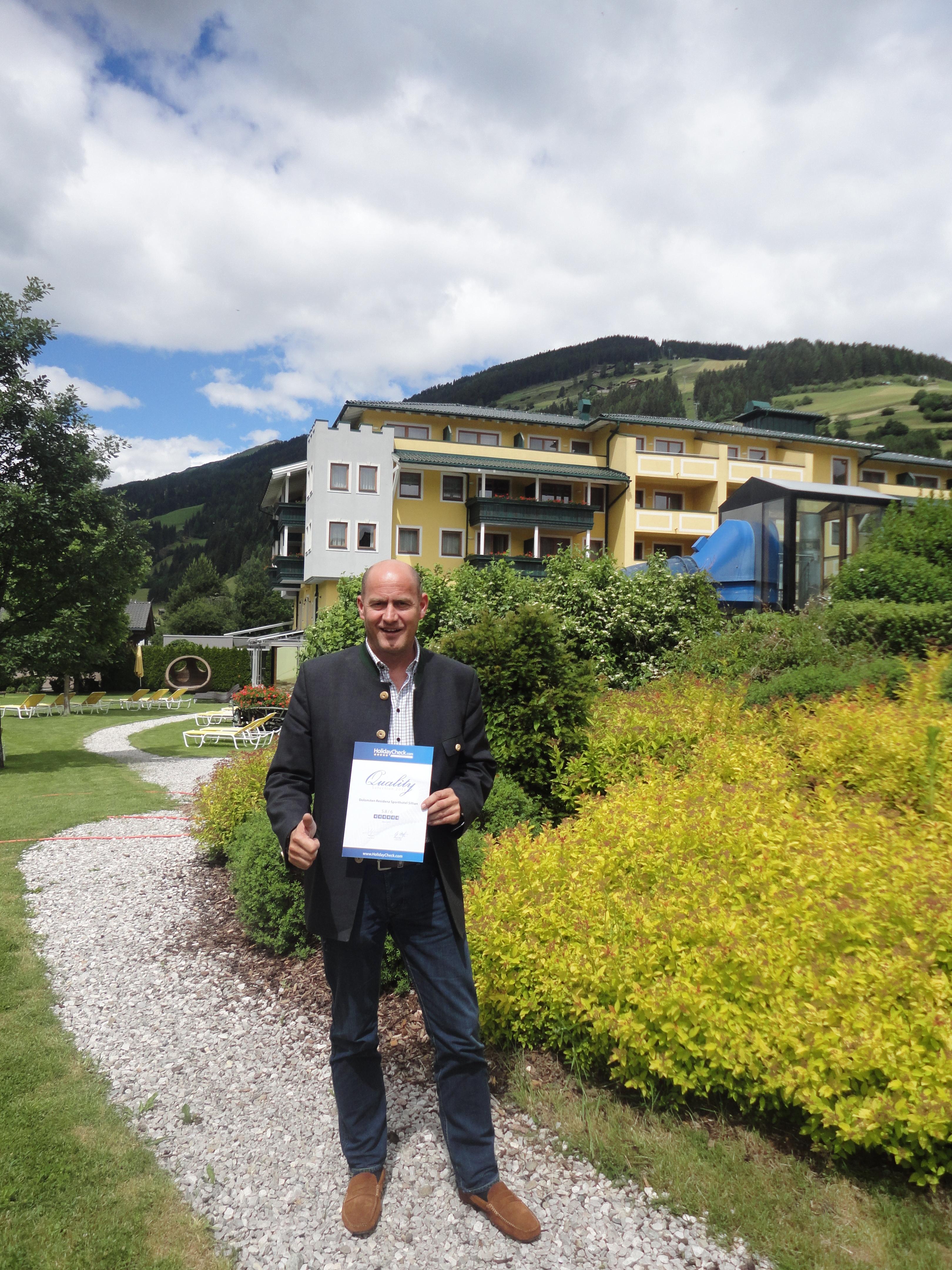 Der Hoteldirektor Ulli Walder Mit Der Auszeichnung HolidayCheck Quality Selection Award 2013