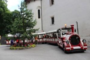 Die Bummelbahn bringt Gäste direkt zum Schloss