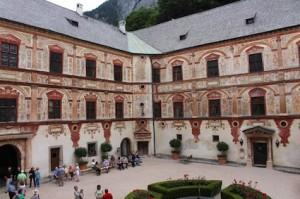 Der Innenhof von Schloss Tatzelberg