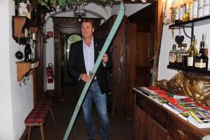 Der Leiter des Tourismusverbands Herr Ebster erzählt im Heimatmuseum etwas über die Geschichte des Skisports