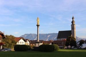 Schon von Weitem gut zu sehen: Der Kirchturm und die Mariensäule von Anger