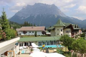 Großzügige Spa Landschaft mit dem Blick auf die Zugspitze