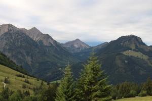 Das Hotel ist umgeben von der spektakulären Panorama-Bergkulisse der Allgäuer Alpen