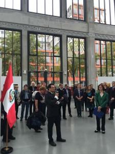 Der peruanische Generalkonsul Ernesto Pinto-Bazurco Rittler eröffnet die Ausstellung Panamerikana