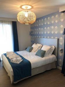 Elternschlafzimmer in einem Pierre & Vacances Apartment. Mit der Deko holt man sich das Meeresrauschen in eigene Wände