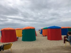 Farbige Schirme sorgen für einen bunten Strand