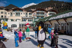Während des Skikurses für die Kleinen sorgen Skipinguin Bobo und Fridolin für Stimmung