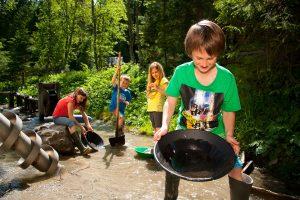 Kinder beim goldwaschen im Raurisertal