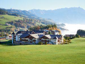 Das Hotel Krallerhof mit Bergpanorama