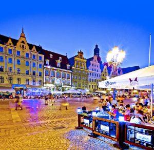Eine der vielen Touristenattraktionen Breslaus: Der Marktplatz bei Nacht © POT